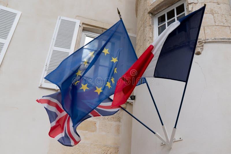 Brexit anglais britannique français et drapeau d'Union européenne d'E. - ondulant dans la façade de bâtiment photos stock