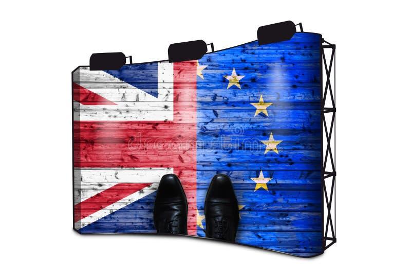 Brexit, bandiere del Regno Unito e l'Unione Europea su fondo di legno con le scarpe - concetto di affari sull'esposizione dell'in immagini stock libere da diritti