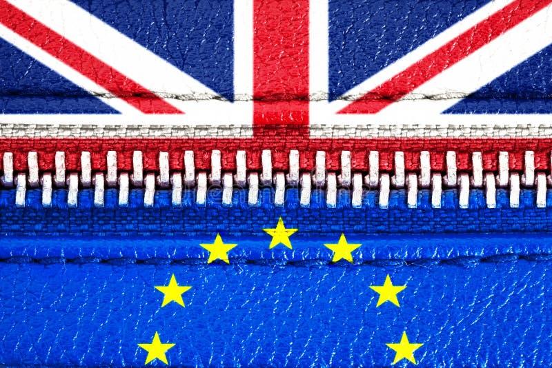 Brexit begrepp: EU- och Förenade kungariket UK för europeisk union flaggor förband via en stängd blixtlås Symbol av UK Brexit arkivfoto