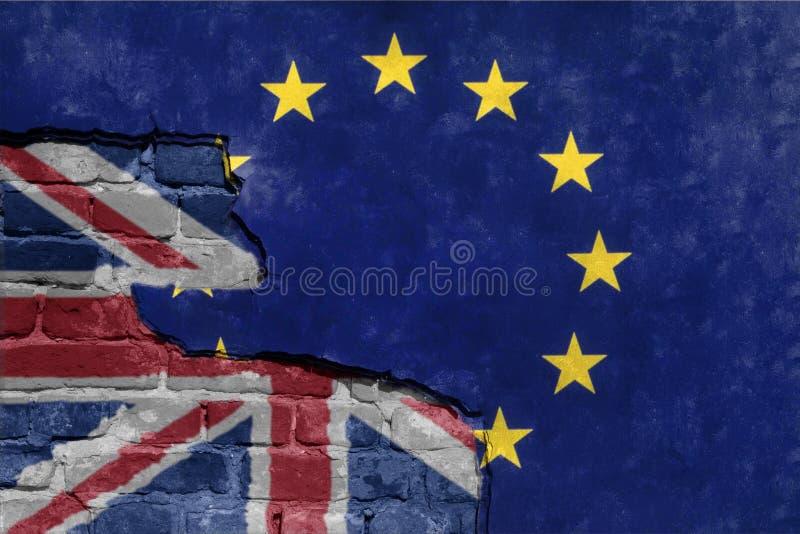 Brexit europejskiego zjednoczenia błękitna UE zaznacza na łamanej ścianie i przyrodniej wielkiej Britain flaga obraz stock