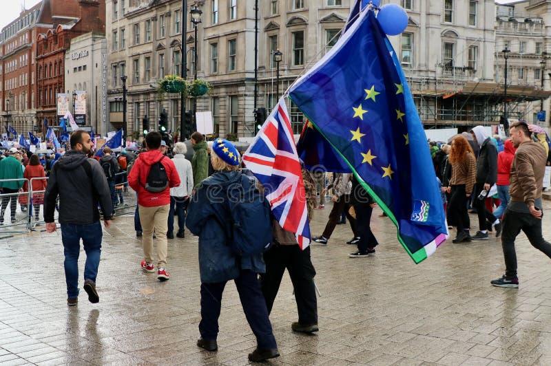 Brexit Gran Bretagna - bandiera europea e inglese durante la protesta fotografia stock libera da diritti
