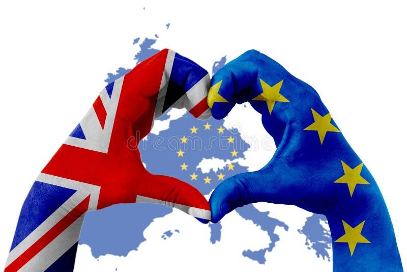 Brexit, Hände des Mannes in der Herzform, die mit der Flagge blauer EU der Europäischen Gemeinschaft und Flagge von Großbritannie stockfotografie