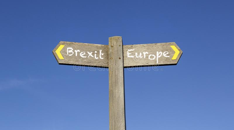 Brexit o Europa - poste indicador conceptual con un fondo del cielo azul fotos de archivo libres de regalías