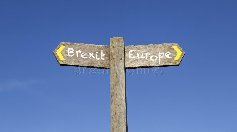 Brexit oder Europa - Begriffswegweiser mit einem Hintergrund des blauen Himmels lizenzfreie stockfotos