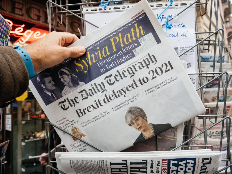 Brexit retrasó to2021 por el título de periódico de Theresa May imagenes de archivo