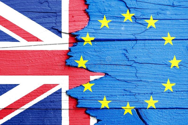 Brexit UK i artykułu 50 pojęcia fotografia: flaga UE i Zjednoczone Królestwo UK malujący na krakingowej łamającej drewnianej ścia zdjęcia royalty free