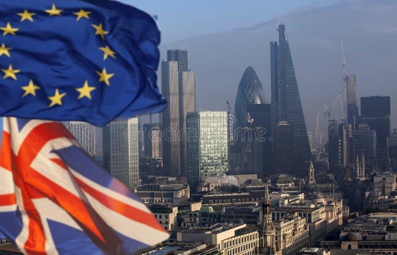 Brexit: UK och europeisk facklig flagga och London royaltyfri foto