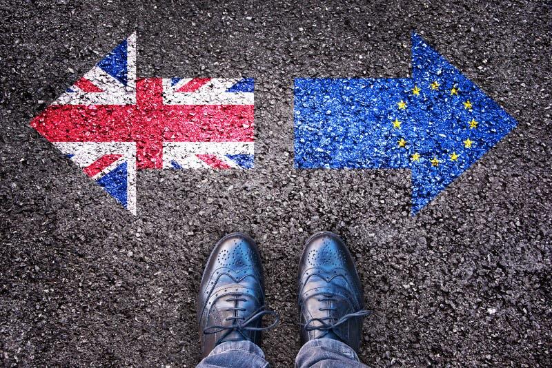 Brexit, vlaggen van het Verenigd Koninkrijk en de Europese Unie op asfaltweg stock fotografie