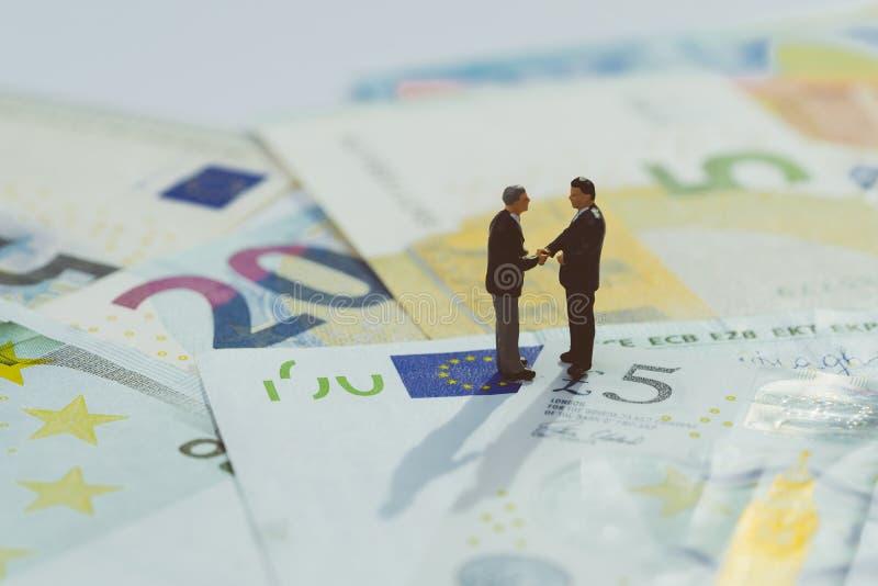 Brexit zgoda, Europa i pojęcie, UK gospodarki transakcji, pieniężnego, inwestycji lub wymiana walut, miniaturowa biznesmen figurk obraz stock