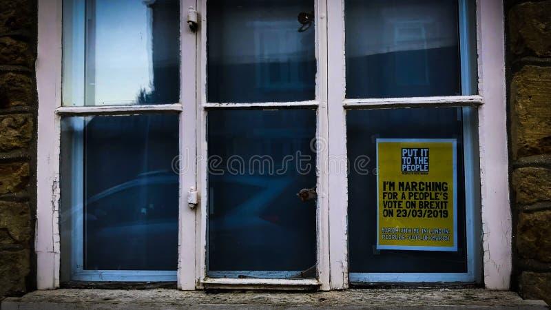 Brexitteken voor de people'sstemming maart in een venster stock afbeeldingen