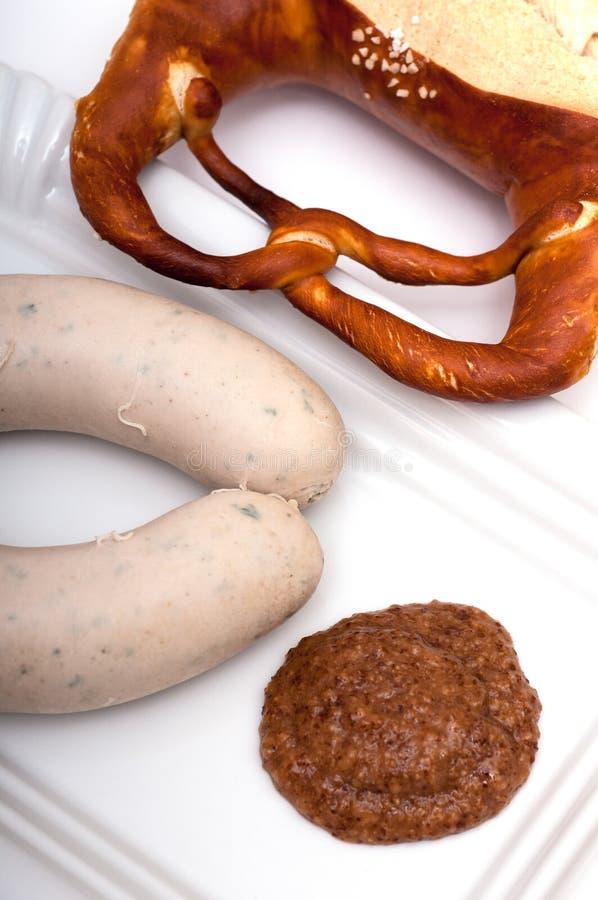 Brezel mit bayerischer Kalbfleischwurst stockfotografie