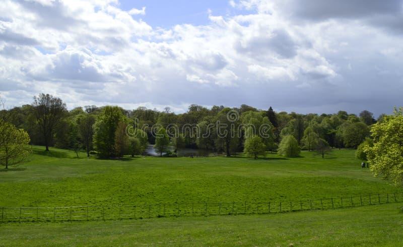Brezo de Hampstead y lago delante de la casa de Kenwood en Londres Reino Unido foto de archivo libre de regalías