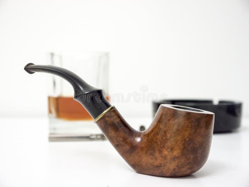 Briar rokende pijp met glas van wisky zijaanzicht met vervormd royalty-vrije stock afbeeldingen