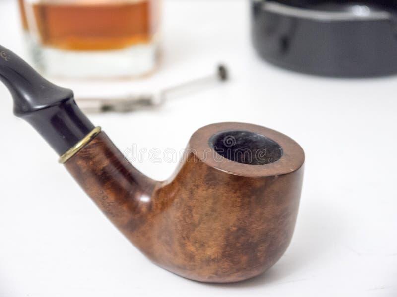 Briar rokende pijp met glas van wisky zijaanzicht met vervormd stock foto's