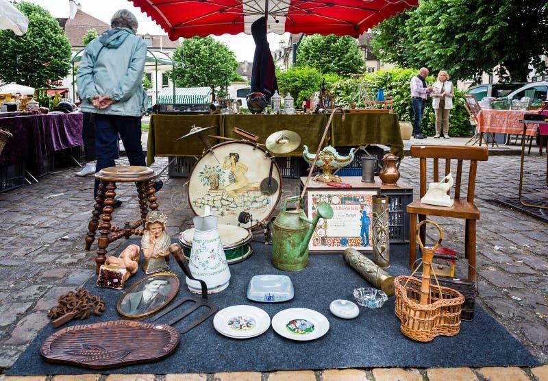 Bric brac для продажи на стойле рынка в Боне, бургундском, Франции стоковые фотографии rf