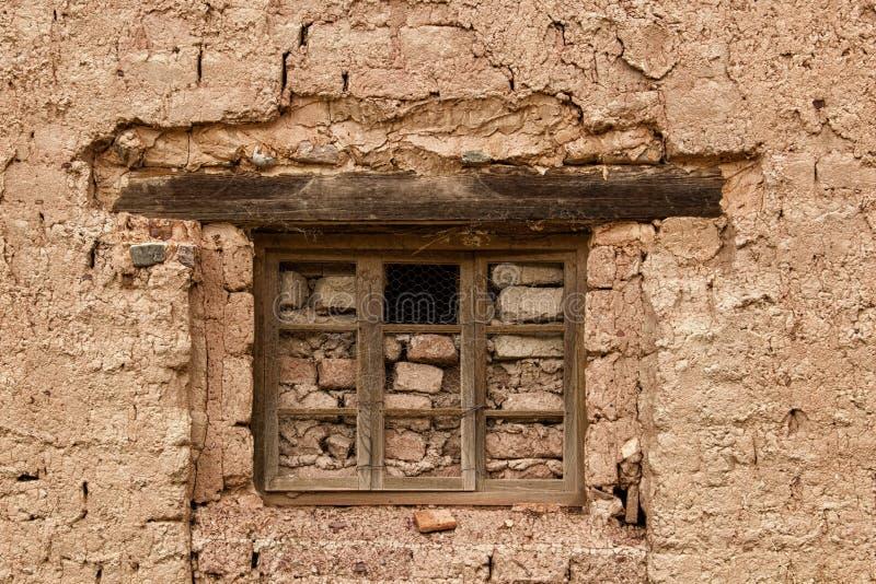 Bricked acima da janela com um furo imagem de stock royalty free