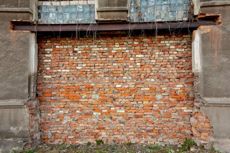 Bricked op deur of poortkader De veroordeelde veronachtzaamde verlaten industriële bouw met rode bakstenen muur Concept def. of e stock afbeeldingen