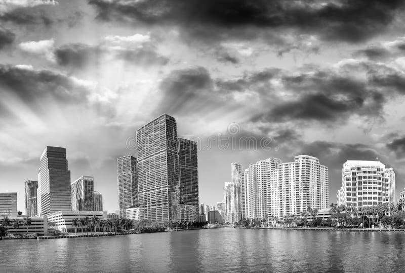 Brickell tangent, Miami Stadshorisont på solnedgången, panoramautsikt royaltyfri fotografi