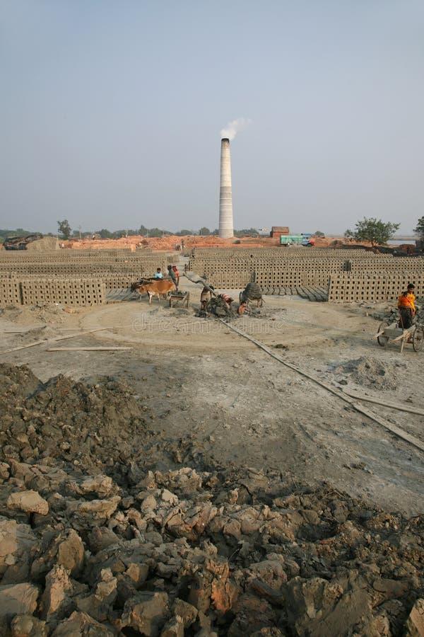 Brickfield in Sarberia, India stock foto's