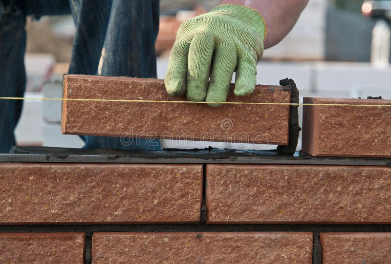 Bricklayer на работе стоковые фотографии rf
