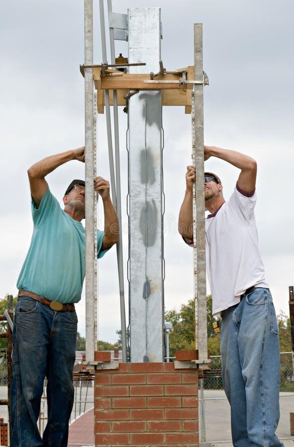 bricklayers measuring στοκ φωτογραφία