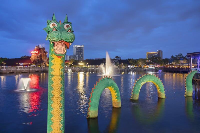 Brickley le primavere di Lego Water Dragon At Disney alla notte immagine stock