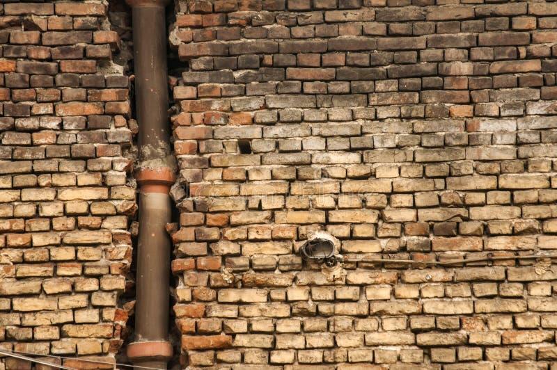 Brickwall stagionato di vecchio lerciume con la fogna ceramica immagini stock