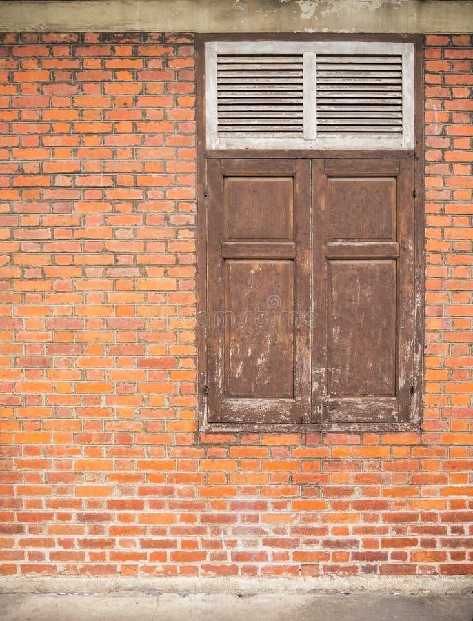 Brickwall velho e a janela fotografia de stock royalty free
