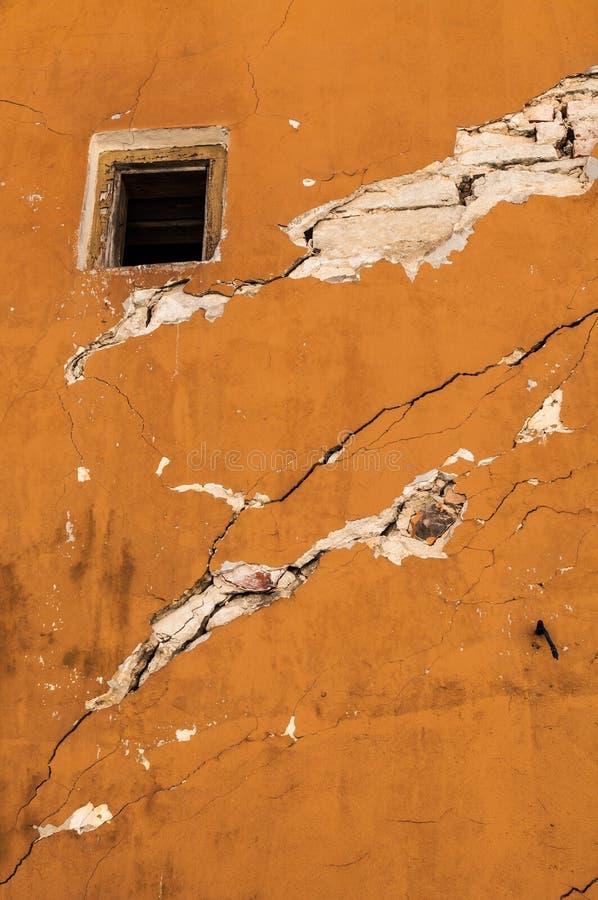 Brickwall viejo con textura del estuco del color del pantano de la cáscara imagen de archivo