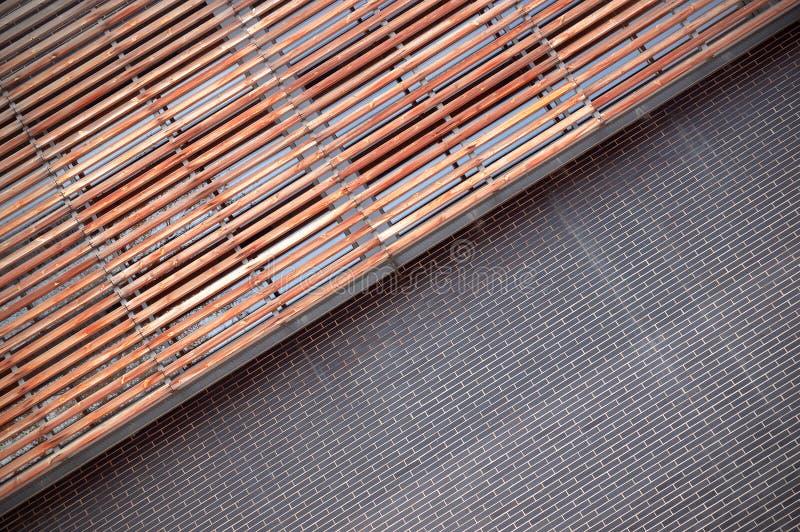 Brickwork i drewniana fasada Diagonalny tło obrazy stock