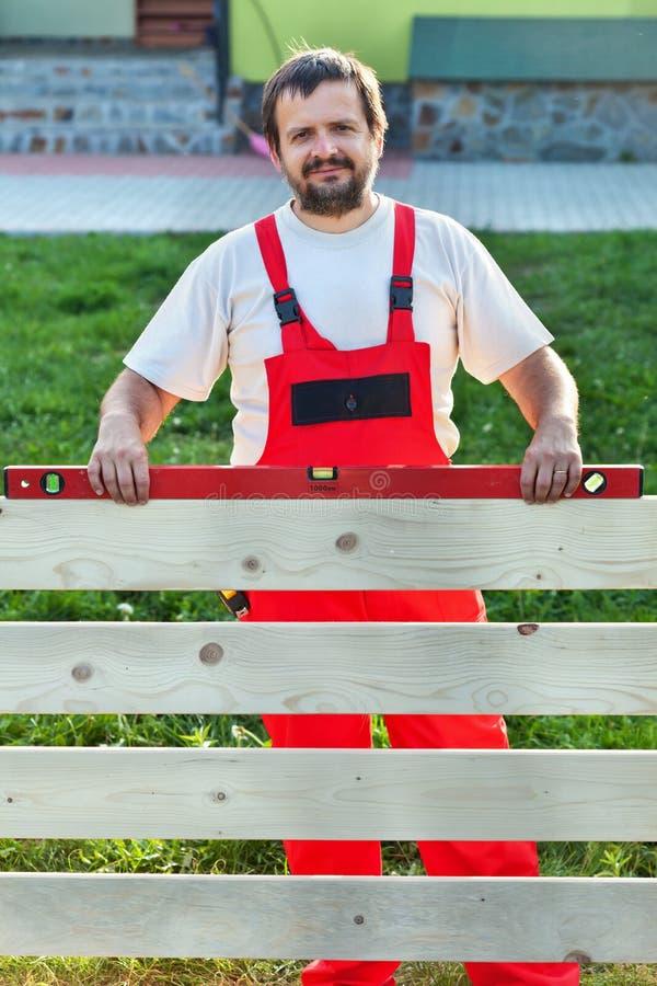 Bricoleur construisant une barrière en bois images libres de droits