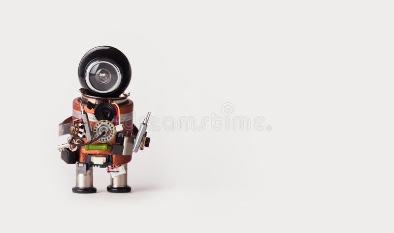 Bricoleur de mécanicien de robot avec des conducteurs de vis Fond blanc, l'espace de copie photo stock