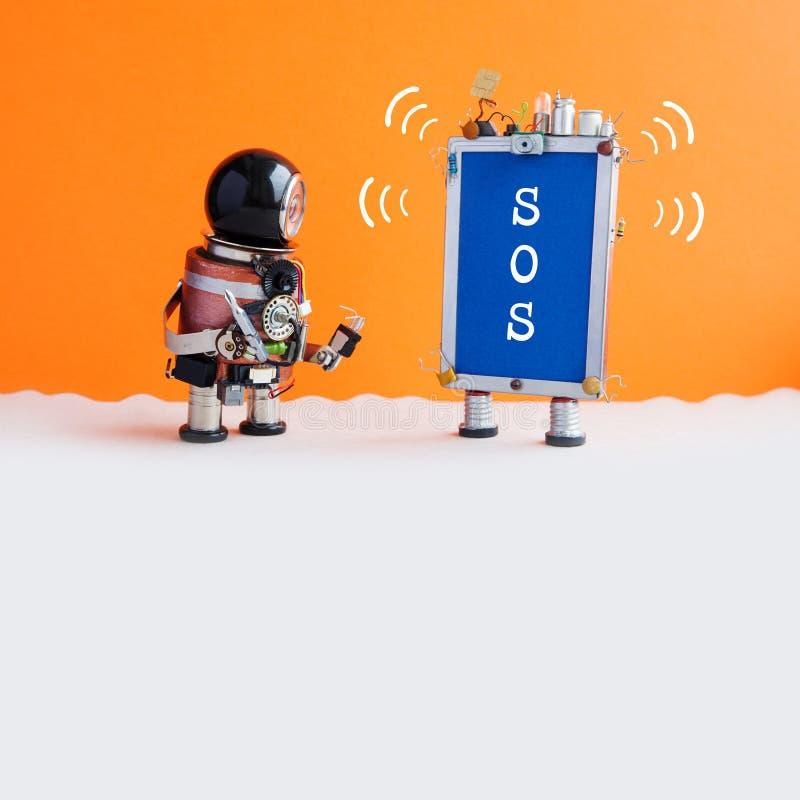 Bricoleur et message cassé SOS de robot de smartphone Le soldat de robot avec un tournevis veut fixer le téléphone Orange image libre de droits