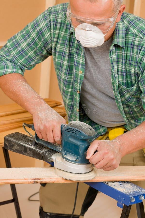 Bricoleur sablant la rénovation à la maison diy de panneau en bois photos libres de droits