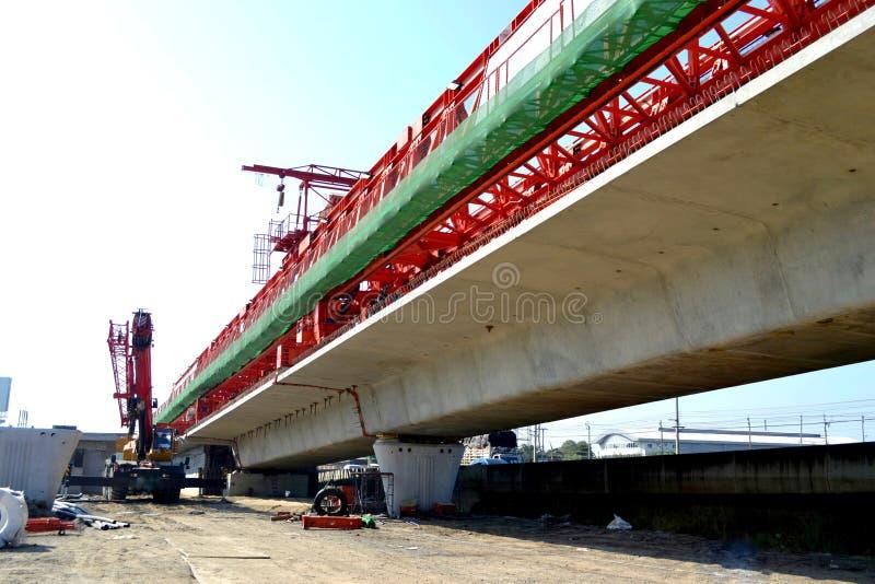 Bridżowa budowa, członowego mosta pudełkowate stropnicy przygotowywać dla budowy, segmenty długiego piędź mosta pudełkowata strop obrazy royalty free