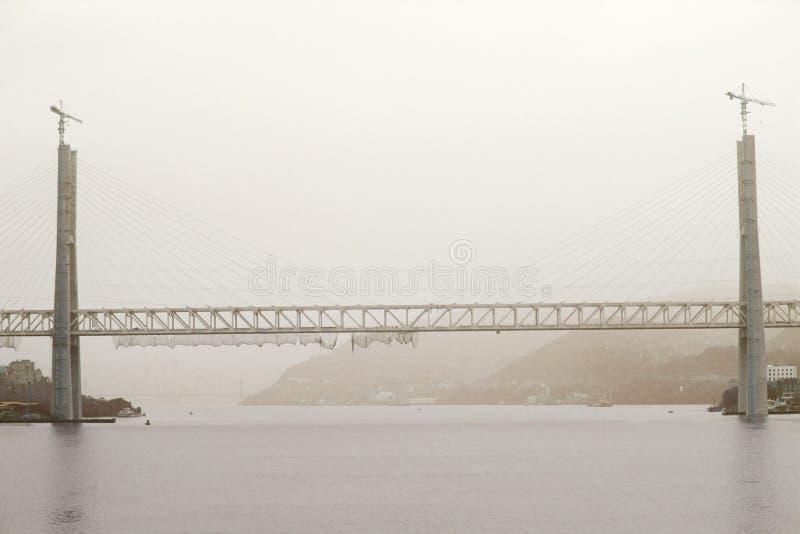Bridżowa budowa na jangcy wśród ciężkiego zanieczyszczenia w Chiny zdjęcie stock