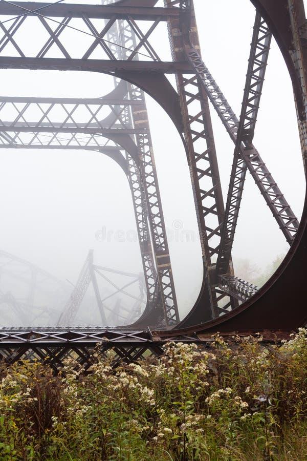 Bridżowa struktura w jesieni z mgłą obraz stock