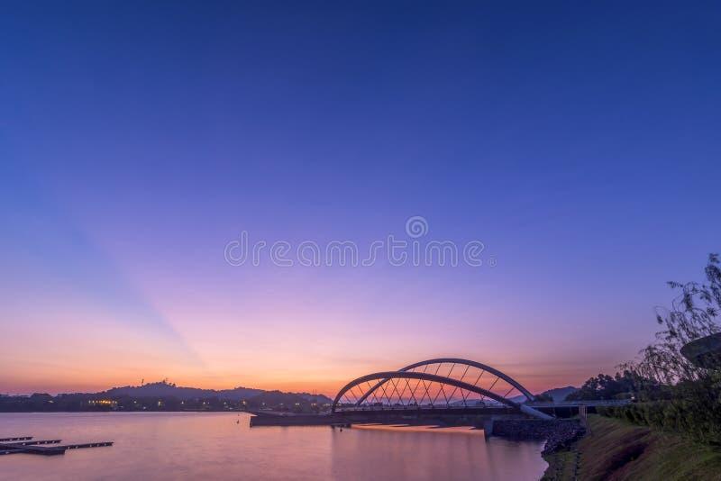 Bridżowa wschód słońca sceneria przy brzeg jeziora obrazy royalty free
