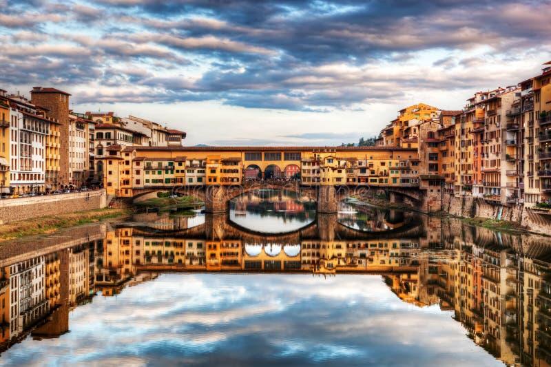 bridżowy Florence Italy ponte vecchio Arno rzeka pod romantycznym niebem obraz stock