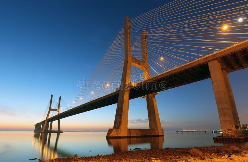 Bridżowy Lisbon przy wschodem słońca, Portugalia, Vasco da gamma - obraz stock