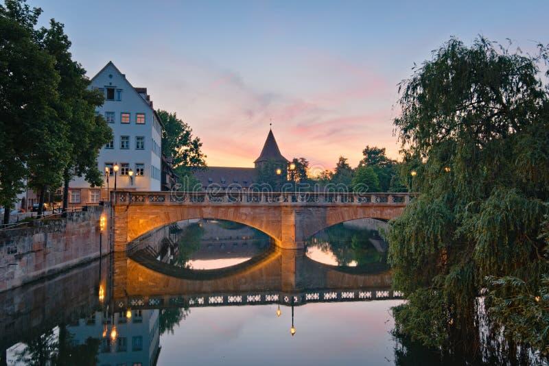 Bridżowy &-x28; Maxbrà ¼ cke&-x29; w Nuremberg przy nocą obraz stock