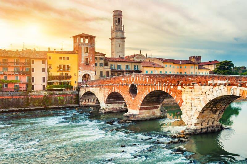 Bridżowy Ponte Di Pietra w Verona, Włochy obrazy royalty free