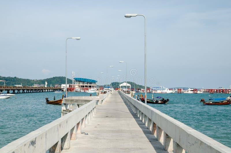 Bridżowy port nad wodą obrazy stock