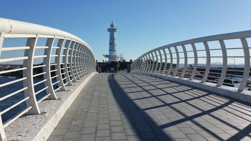Bridżowy prowadzić do latarni morskiej fotografia royalty free