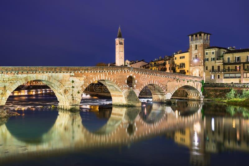 brid?owy Ponte Pietra W Verona, W?ochy fotografia stock