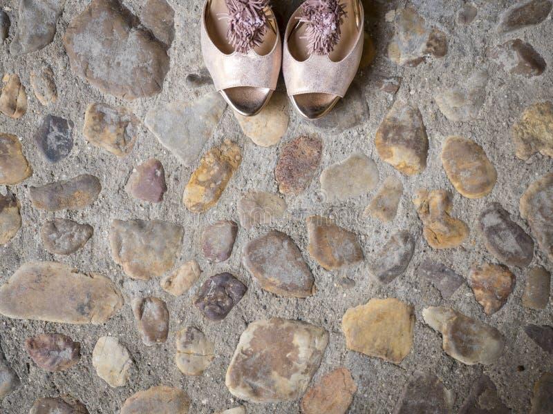 Bridal ботинки на облицеванной земле стоковая фотография