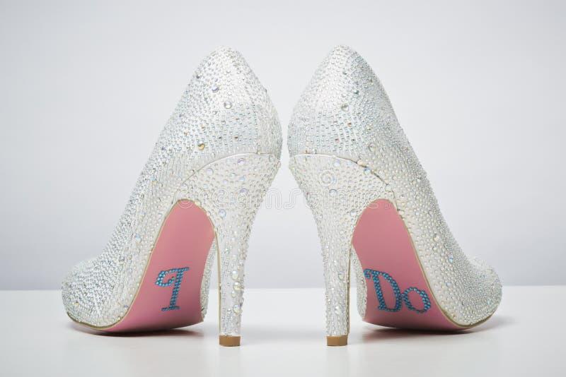 Bridal ботинки свадьбы с я делаю сообщение на подошве стоковое изображение