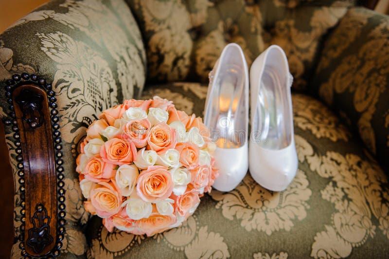 Bridal букет и ботинки стоковые изображения
