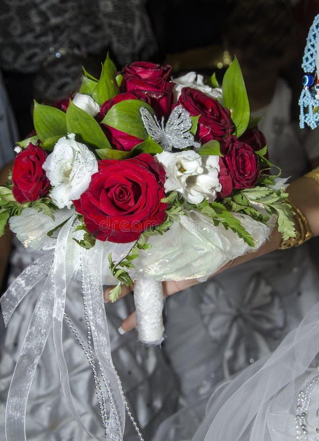 Bridal букет красного цвета и белых роз стоковые фотографии rf