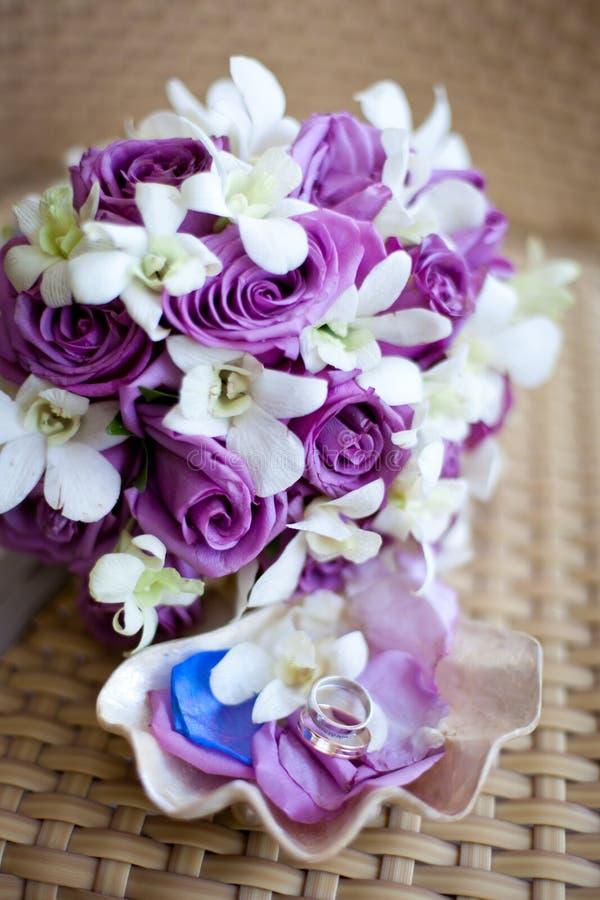 Bridal букет с обручальными кольцами стоковое фото